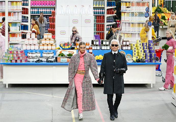 Karl Lagerfeld junto a Cara Delevingne en el Grand Palais de París, en 2014.
