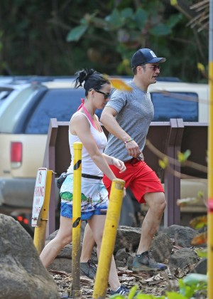 Katy-Perry-and-Orlando-Bloom-Hiking-in-Hawaii--09-300x420