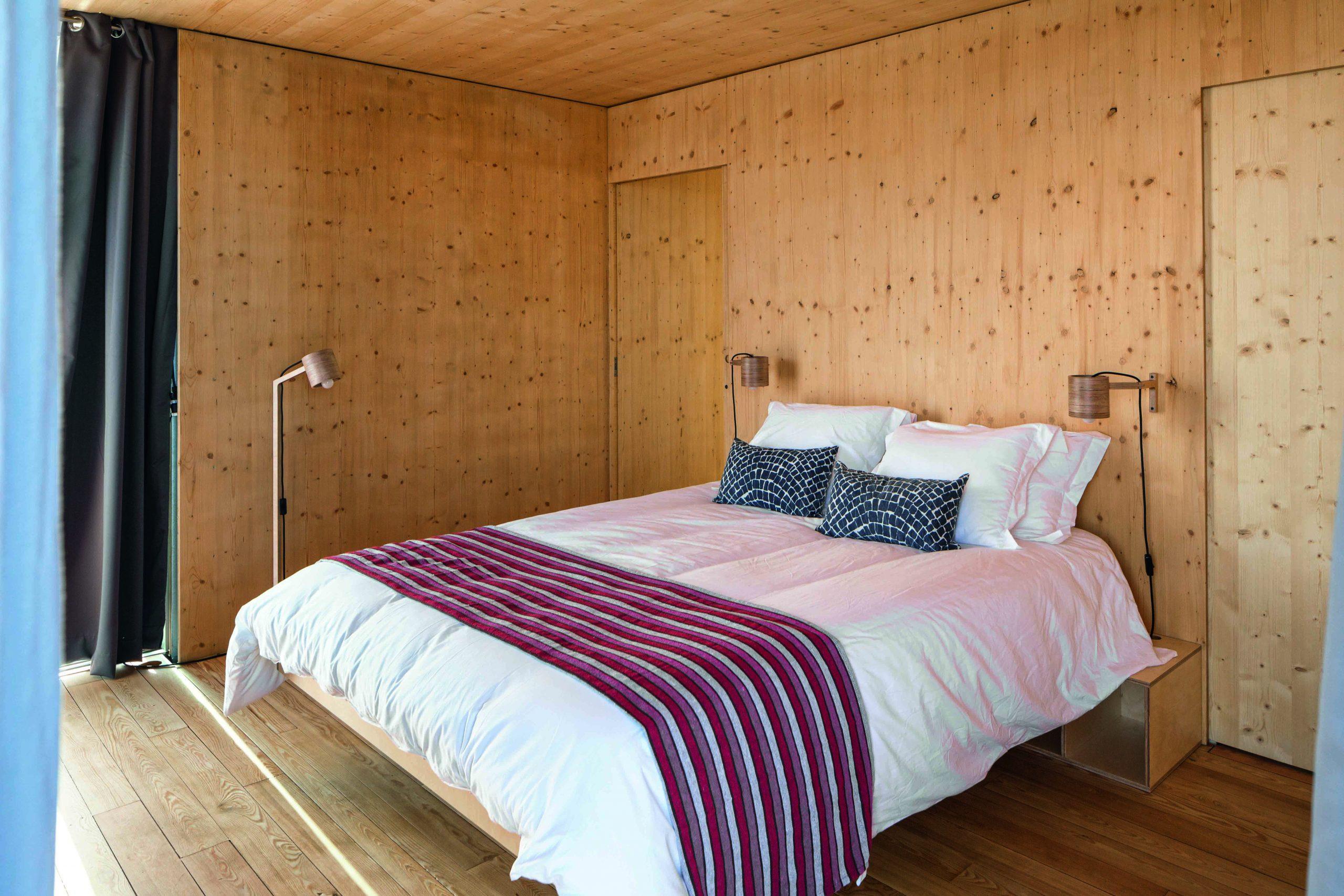 FloatWing puede contener hasta tres dormitorios dobles, salón, cocina equipada, bodega y parrilla en el techo. De acuerdo con el modelo, su longitud varía entre los diez y los dieciocho metros.