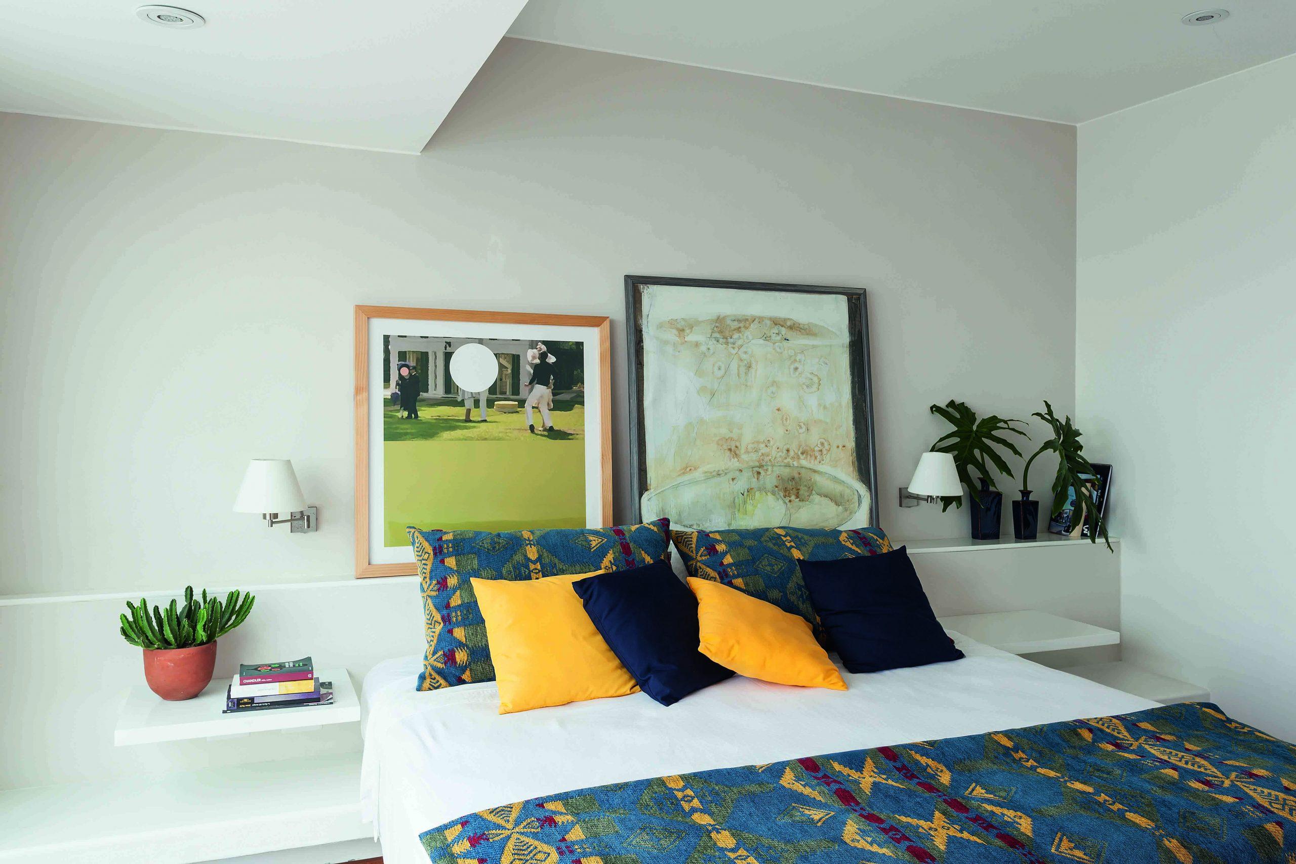 El dormitorio principal, con puntos de color en los cojines y la tela artesanal de la selva peruana. Sobre la cama, arte de Melissa Dupont y de Paulina Salazar.