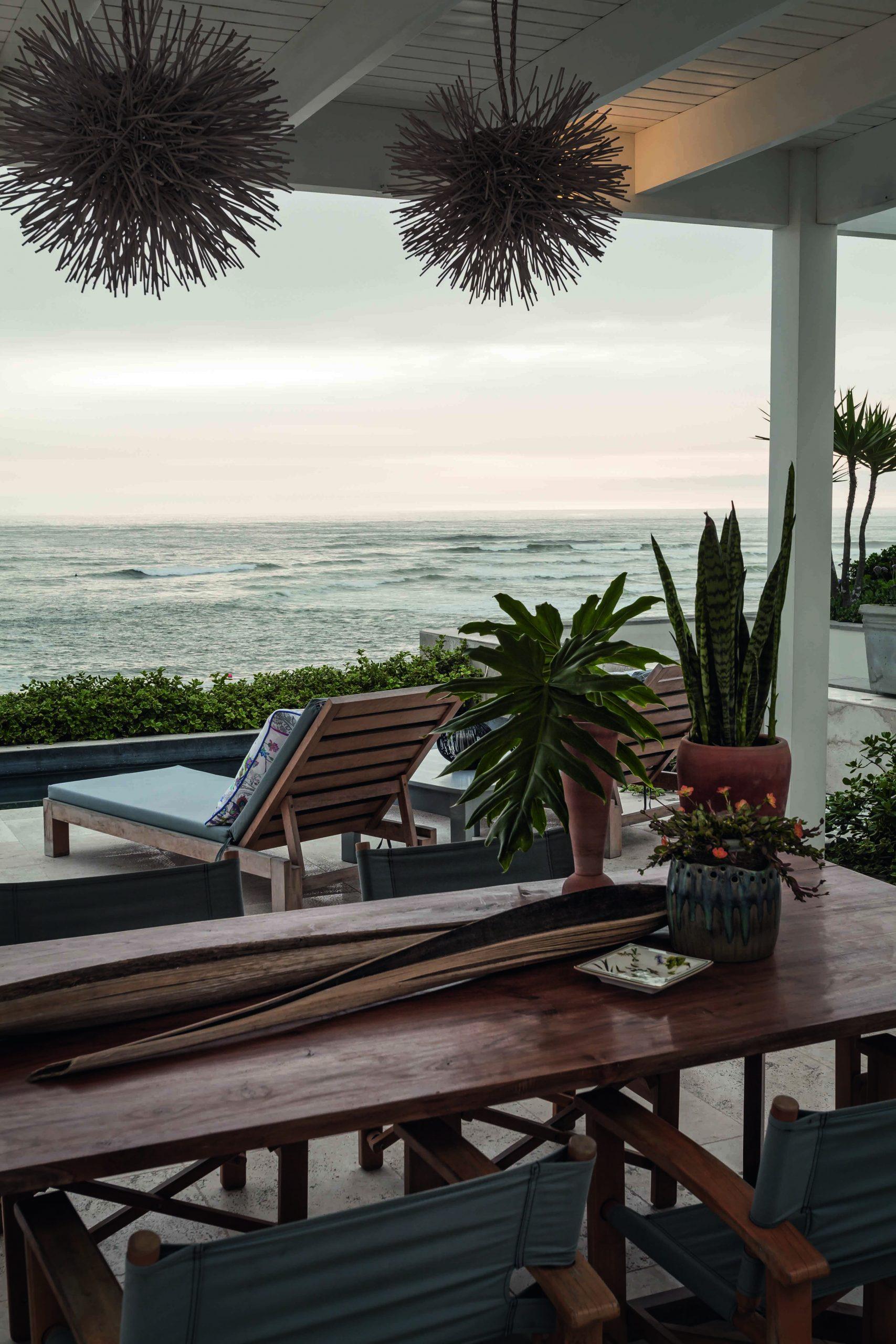 En la terraza la madera y el verde contrastan con el mármol que recorre toda la casa.