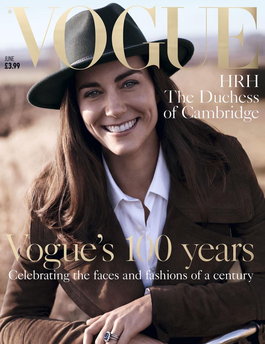 """Para la portada de """"Vogue"""" Reino Unido, la duquesa de Cambridge lució una blusa blanca y un coat de gamuza, ambos de Burberry, y un sombrero de la marca Beyond Retro."""