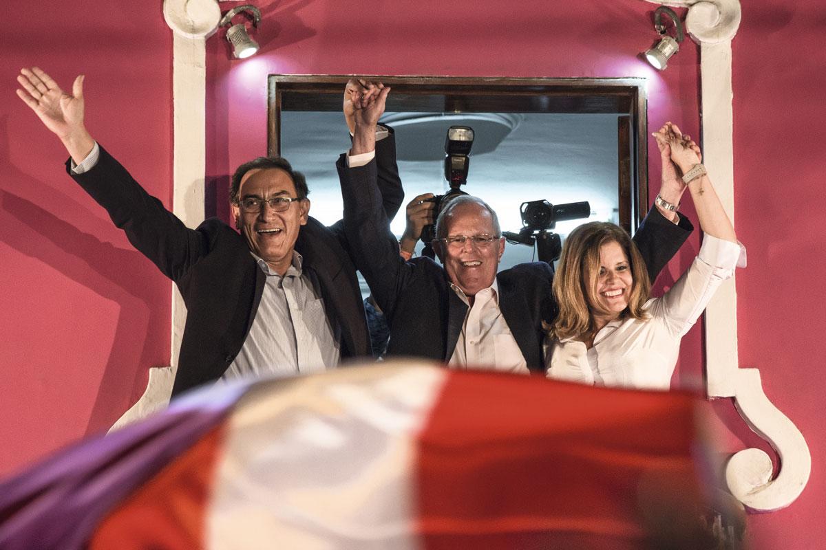 El jueves 9 de junio, la ONPE por fin reveló el resultado de su escrutinio al 100% de los votos: Pedro Pablo Kuczynski (en la foto junto a los virtuales vicepresidentes Martín Vizcarra y Mercedes Aráoz) venció con el 50,12%, mientras que Keiko Fujimori obtuvo el 49,88%.