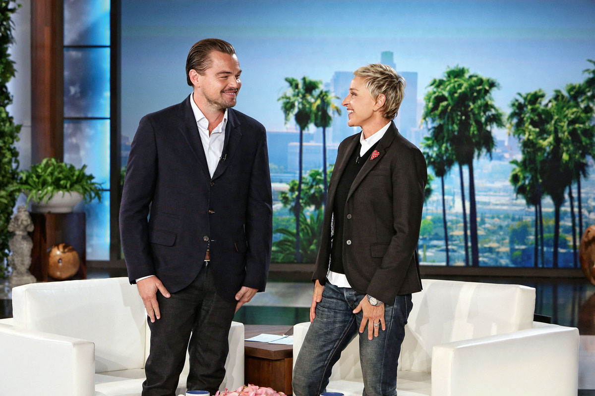Ellen junto a Leonardo DiCaprio en su programa de televisión.