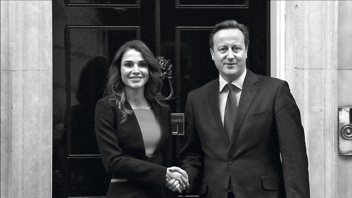 La monarca y el primer ministro británico, David Cameron, en pleno apretón de manos previo a la reunión que tuvieron para discutir acerca de la crisis de los refugiados sirios.