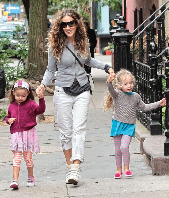 Sarah con sus mellizas, Loretta y Tabitha.