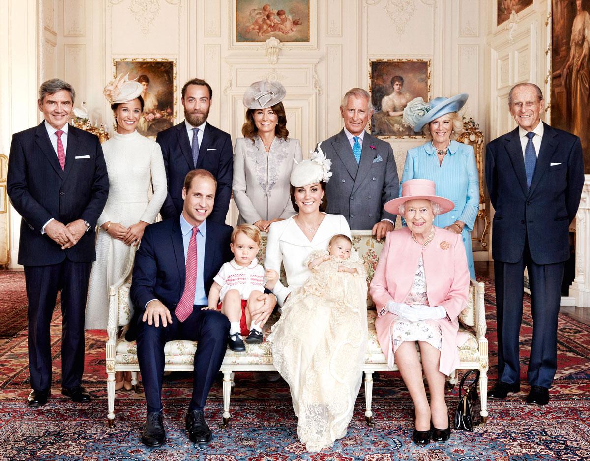 Imagen oficial del bautizo de la princesa Charlotte en la que coinciden los Middleton con la familia real británica.