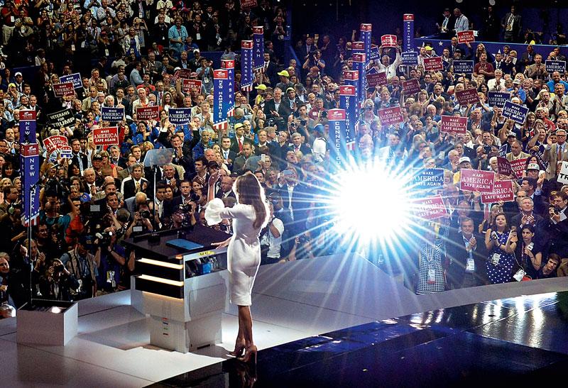 Melania Trump saluda al público al finalizar su discurso durante la jornada inaugural de la Convención Nacional Republicana, el 18 de julio.