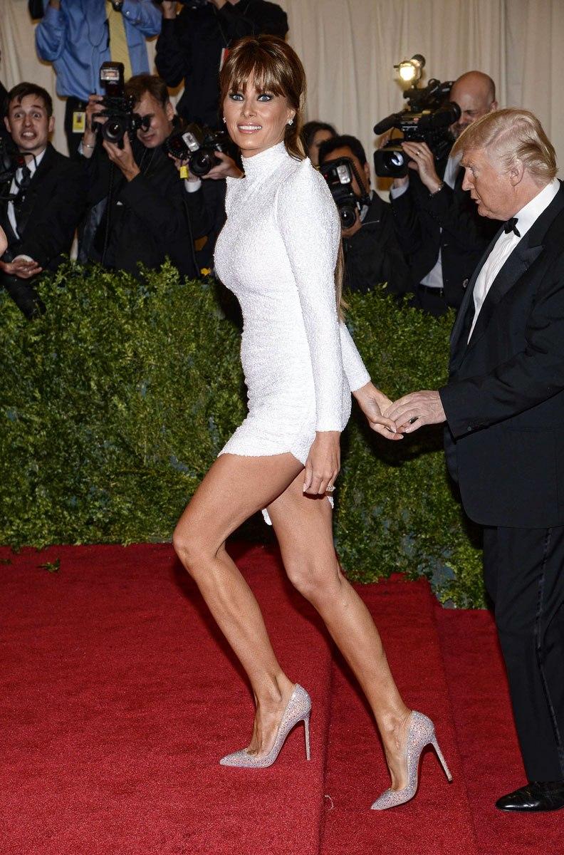 Melania Trump llega a la gala del MET de 2012 de la mano de su esposo, y luciendo un vestido del diseñador sudafricano Marc Bouwer.