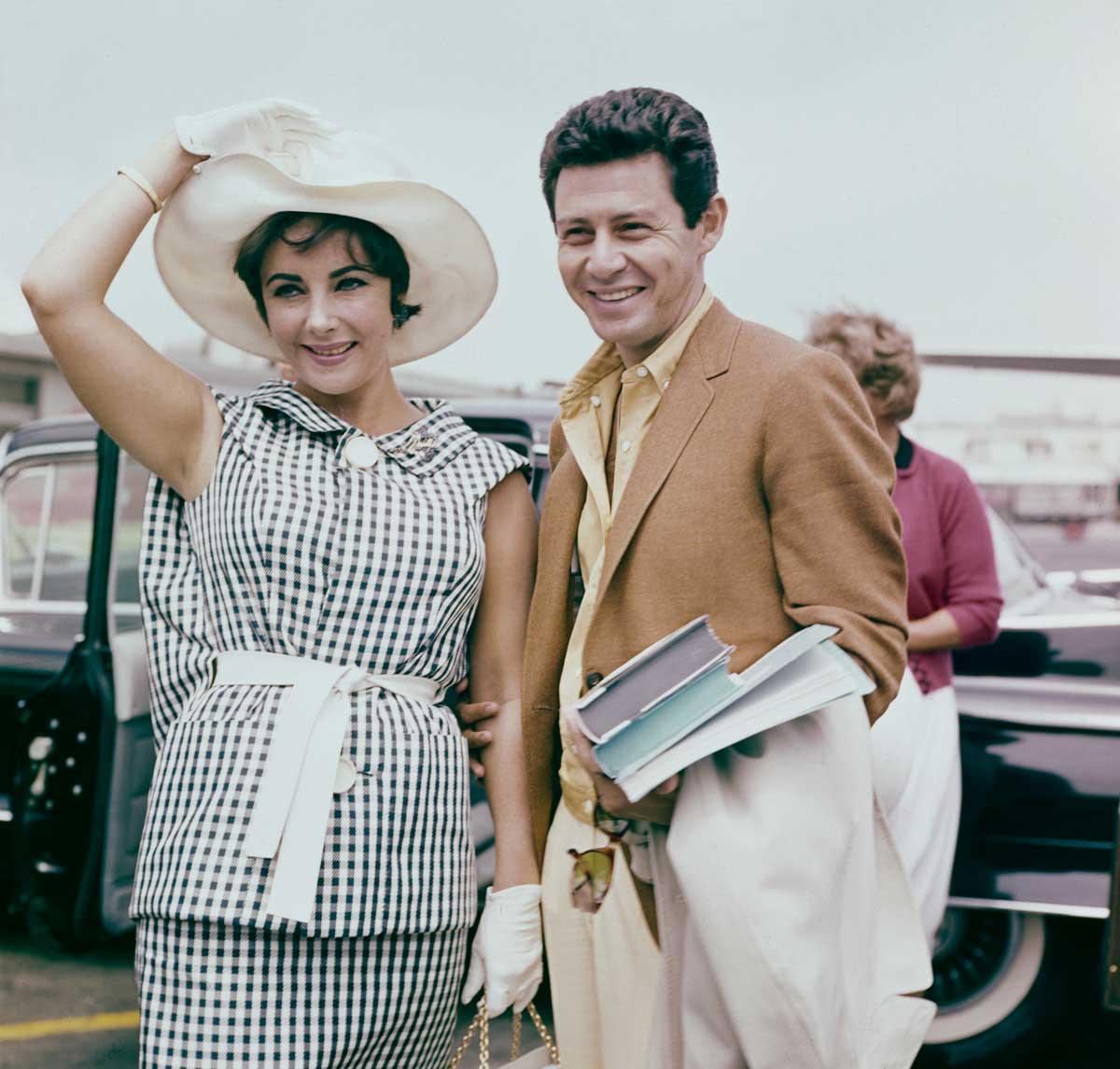 Para poder casarse con Liz Taylor, Eddie Fisher se separó de su entonces esposa, Debbie Reynolds, quien, coincidentemente, había sido la mejor amiga de la actriz.