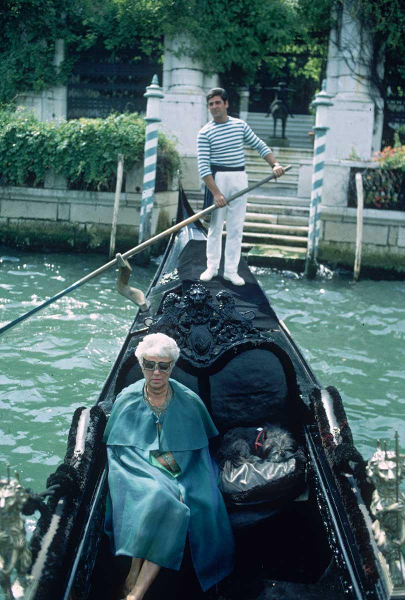 """Peggy, quien fue nombrada ciudadana honoraria de Venecia en 1962, tenía su propia góndola privada. """"Adoro flotar hasta el punto en el que no puedo pensar en nada más hermoso desde que dejé el sexo o, mejor dicho, desde que el sexo me dejó"""", escribió en una de sus cartas a un amigo cercano, en referencia a sus constantes paseos por el Gran Canal."""