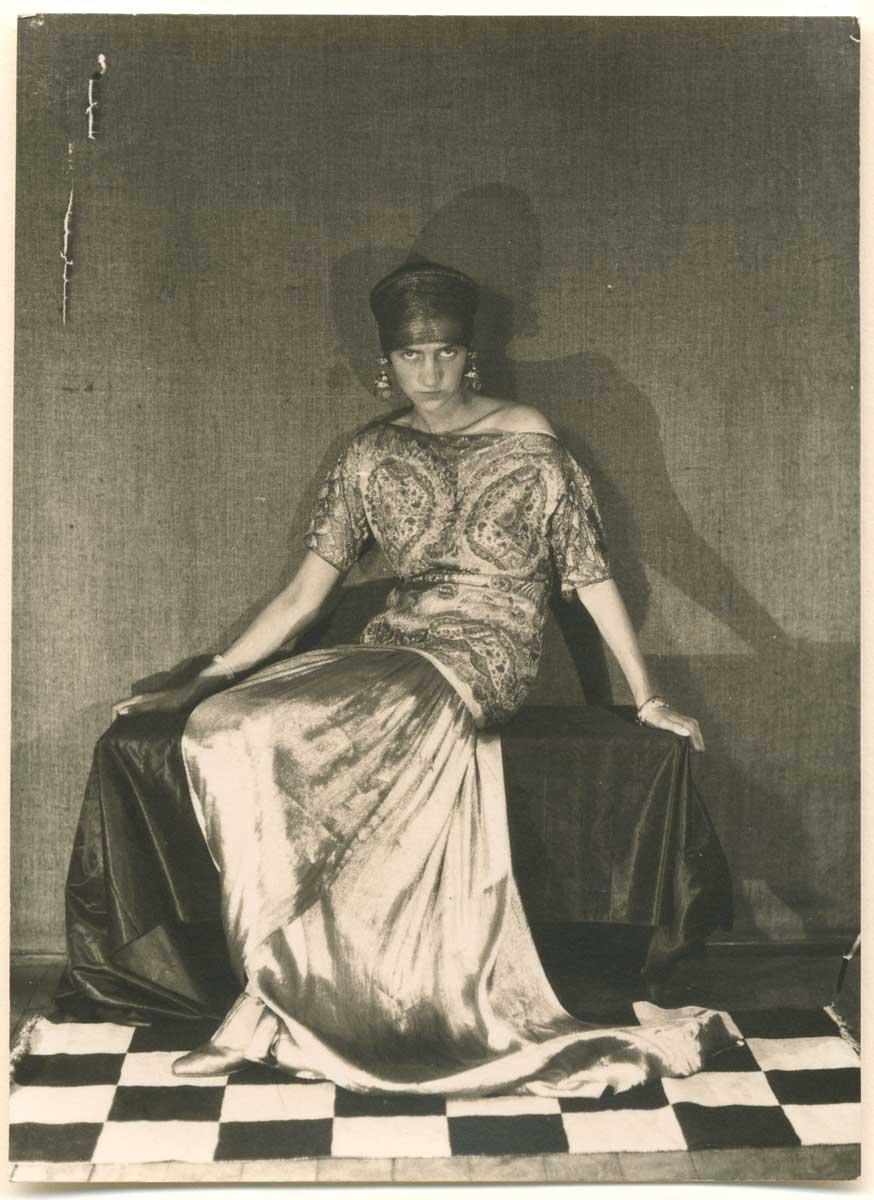 Posando para el lente del célebre fotógrafo vanguardista Man Ray, en 1924.