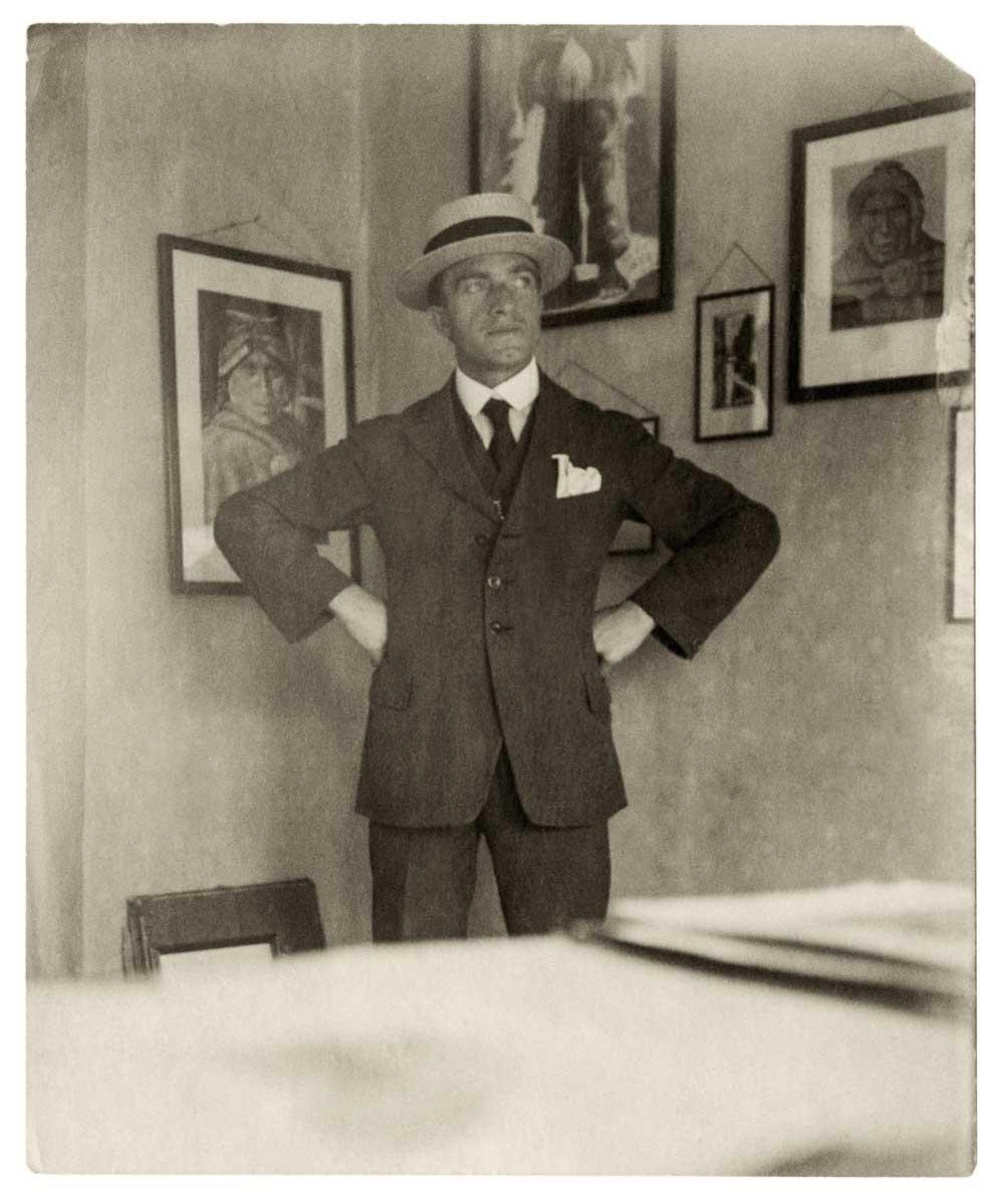 Dreyer posa con algunos de sus cuadros tempranos de tema indígena. La Paz, Bolivia, c. 1923.