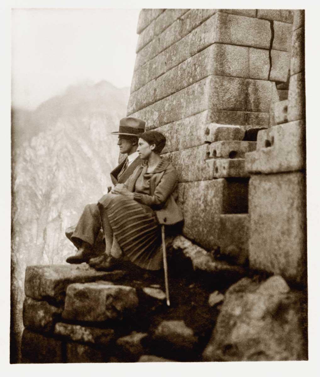 Con su esposa, María Costa, en las ruinas de Machu Picchu, al poco tiempo de haber contraído matrimonio,  c. 1930.