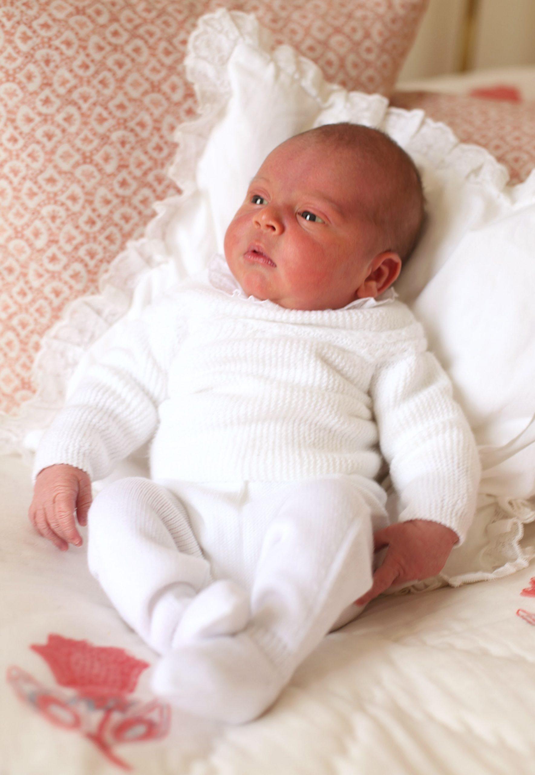 El príncipe Louis, el tercer hijo de los duques de Cambridge, es fotografiado por su madre a los pocos días de nacido en el Palacio de Kensington.