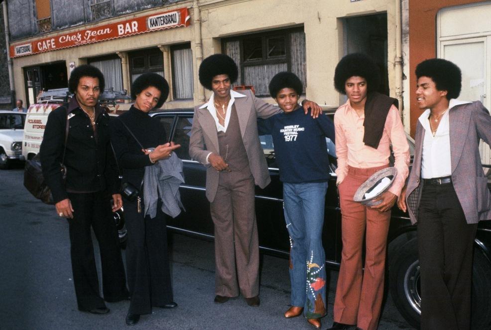 Los Jackson en 1966: Joe Jackson, Tito Jackson, Jackie Jackson, Marlon Jackson, Michael Jackson y Jermaine Jackson.
