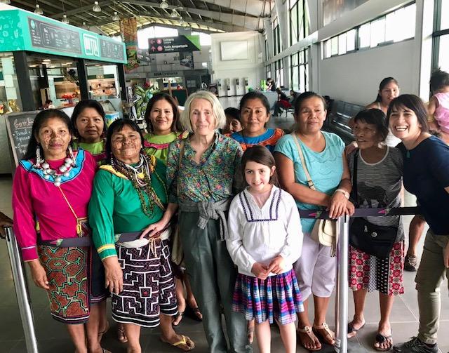Amigos de Carolyn Heath la reciben en el aeropuerto de Pucallpa. Ella está acompañada de su hija Mayasuni, la archiduquesa de Austria, y su nieta Amaya.
