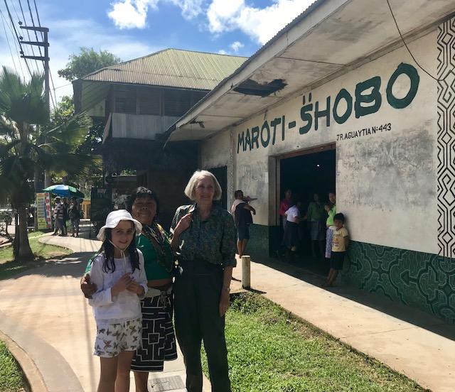 Carolyn Heath y su nieta Amaya, archiduquesa de Austria, a las afueras de la tienda Maroti-Shobo de artesanías de la selva que ella ayudó a fundar hace más de treinta años.