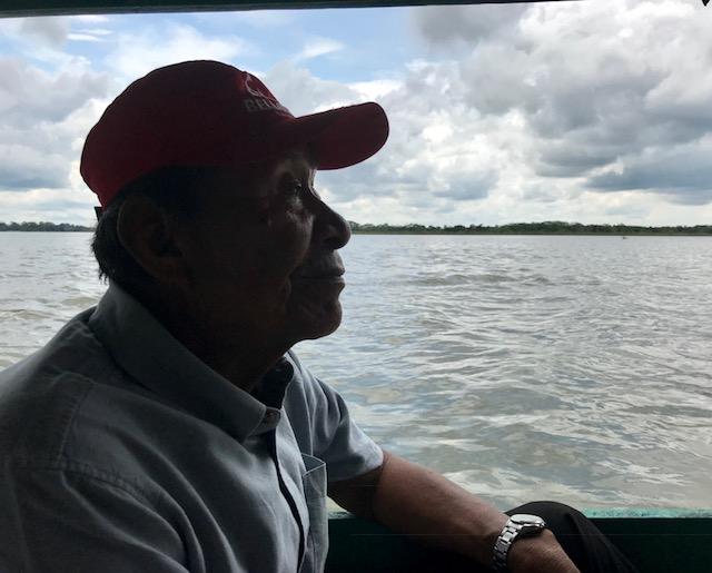 Julio, el padre shipibo de Mayasuni, archiduquesa de Austria, en el río Ucayali.