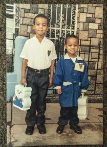 Junto a su hermano mayor, Álex, en marzo de 1995.