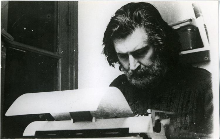Una imagen de 'Pino' Solanas durante su exilio en París, a inicios de los años ochenta. El realizador tuvo que viajar a Europa tras ser víctima de un intento de secuestro por un comando de la Marina en 1976.