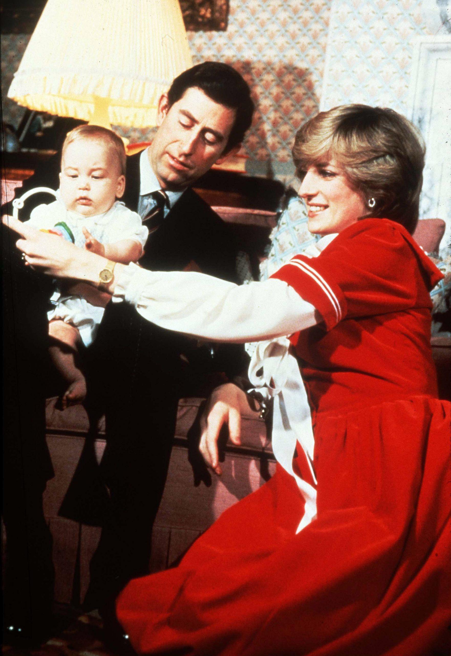 Lady Di y el príncipe Carlos con el pequeño William en diciembre de 1982.