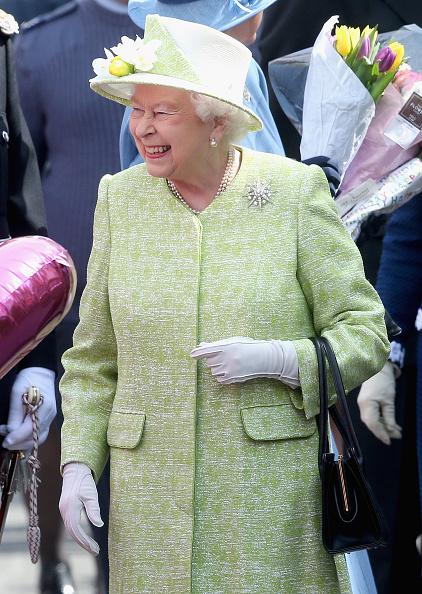 El pasado 21 de abril, la reina Elizabeth saluda al público por su cumpleaños 92, en Windsor.
