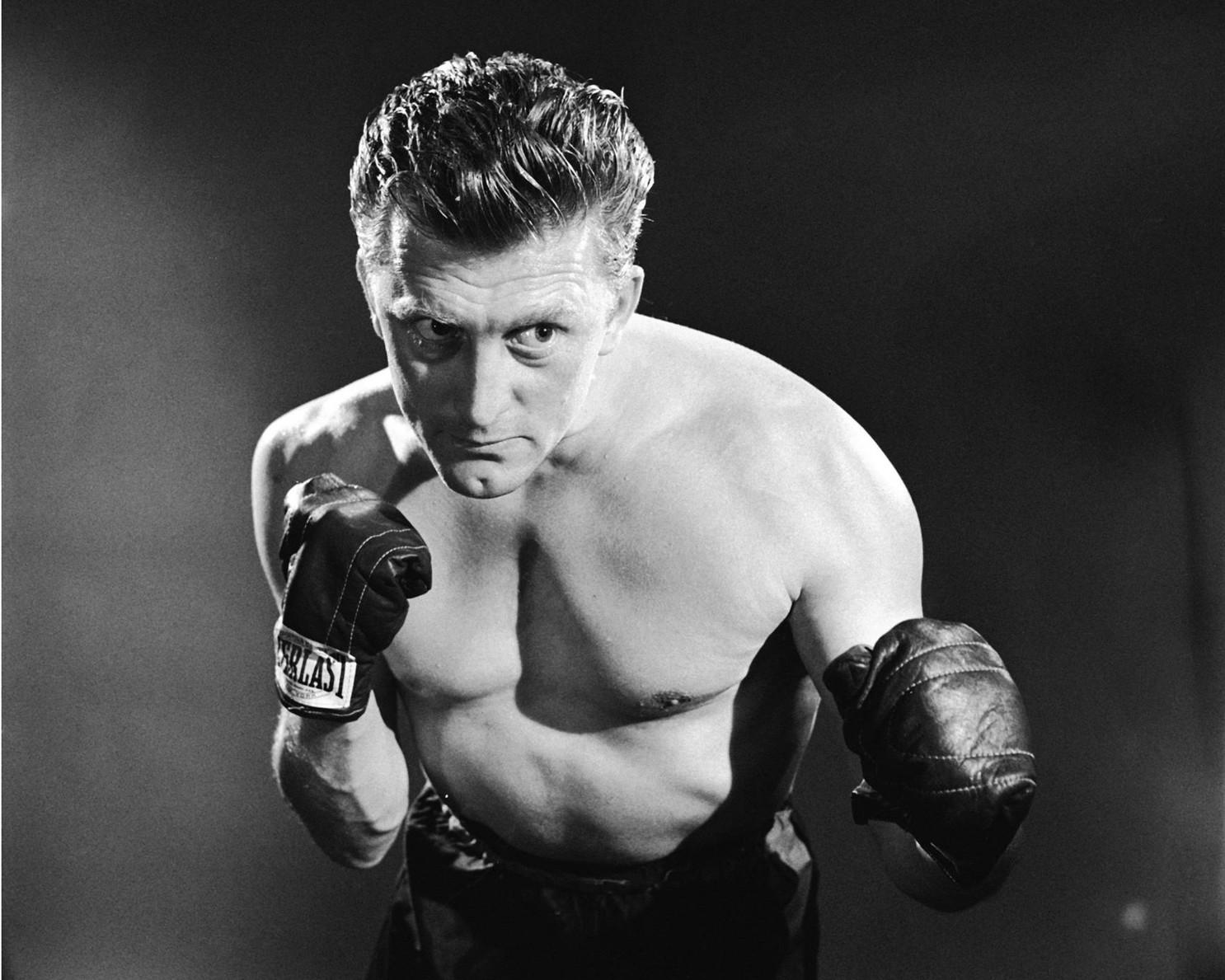 Kirk Douglas como el noble boxeador de El ídolo de barro (1949).