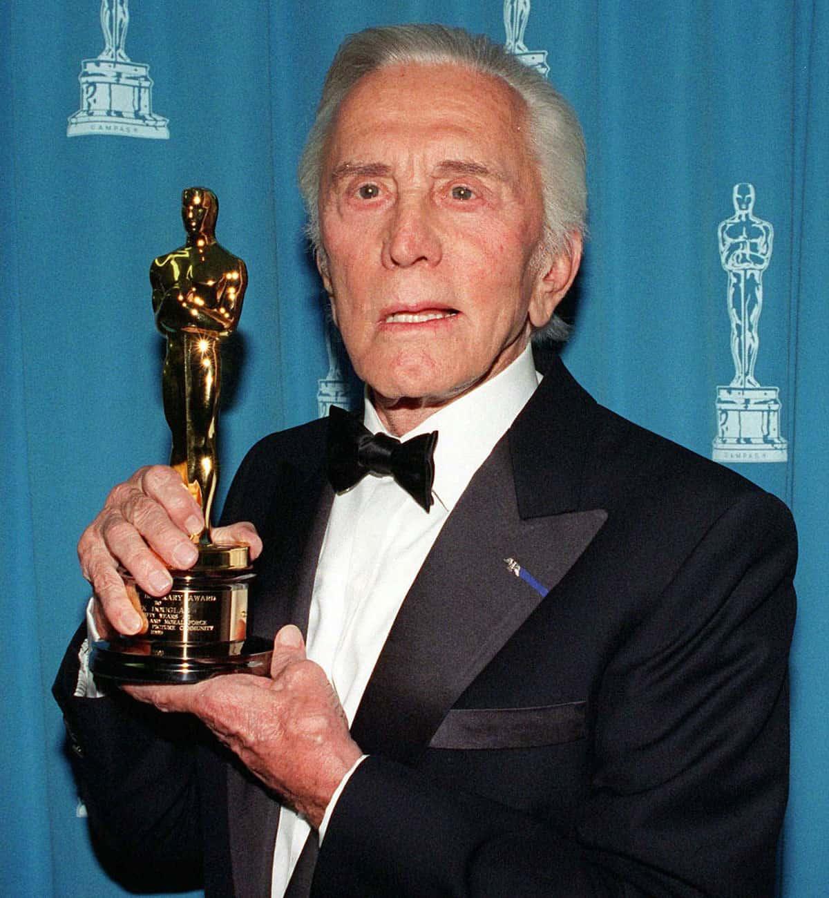 Kirk Douglas recibe el Oscar Honorífico (1996).