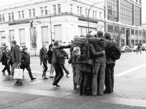 abrazo grupal