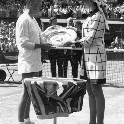 La princesa Anne entregando un trofeo a Ann Jones.
