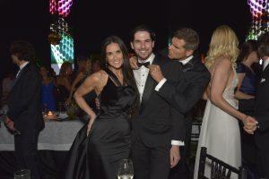 Un atento Christian Meier le ajusta la corbata a Jason Day, que posa junto a Demi Moore en la 3ra Gala del MATE.