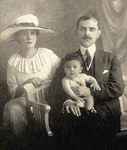 Luis Antonio Eguiguren y Rosa Barragán con su hijo Luis José Alejandro, en 1920.
