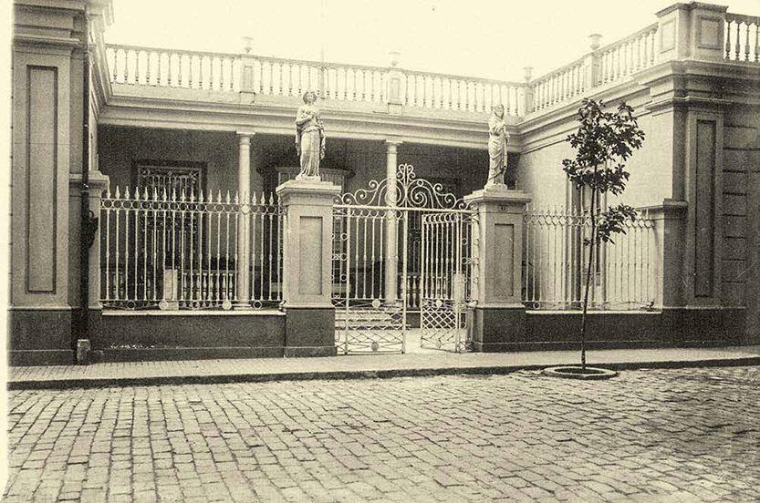 Frontis de la casa, ubicada en el número 43 de la calle Lima. Hoy, el malecón de Chorrillos.