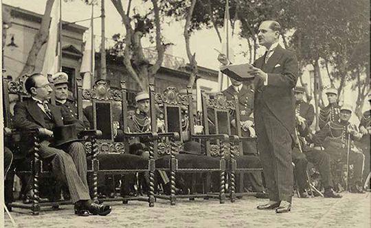 Luis A. Eguiguren, presidente del Congreso Constituyente de 1931, pronunciando un discurso en la plaza Bolívar, frente al Palacio Legislativo en el Cercado de Lima.