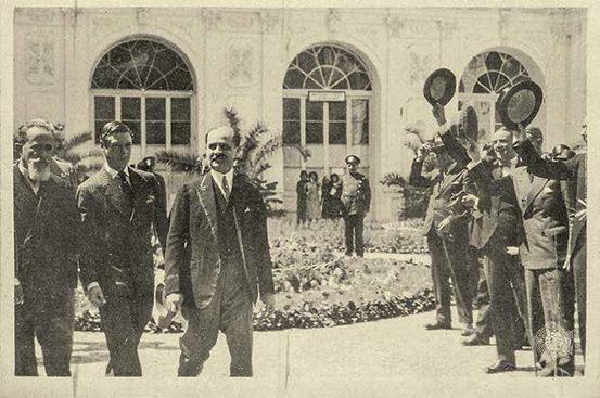 Luis A. Eguiguren, alcalde de Lima, con el príncipe de Gales, quien luego sería proclamado rey Edward VIII de Inglaterra. Están saliendo del Palacio de la Exposición, hoy el Museo de Arte de Lima, donde funcionaba la Municipalidad de Lima en 1931.