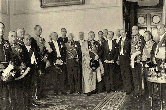 Luis Antonio Eguiguren con el cuerpo diplomático, a inicios de la década de los 30.