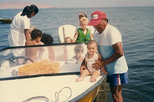 En la lancha YUPI de las hermanas Wiese, atrás Guillermo Harmsen y adelante Anahí Grobman en brazos de Julio, el marinero de la familia.