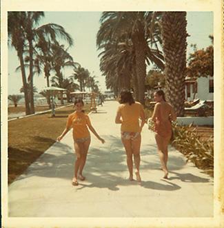 Caminando por el malecón: Luchi Zevallos, Carmen y Marilú Bellido