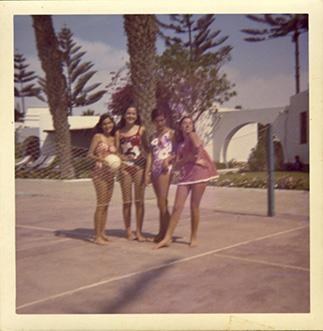 En las canchas de tenis del hotel, Marilú Bellido, Giselle Dibós y Charo Bellido.