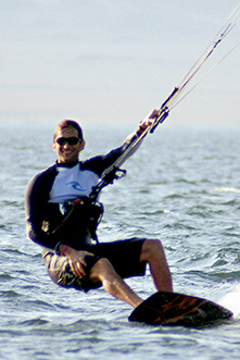 Felipe Custer, hijo de Tony y nieto de Carol, haciendo kitesurf.