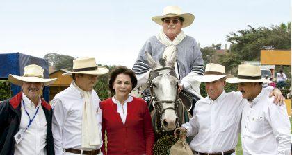 Jorge Villacorta, José Miguel More, Roque Benavides, Mariella de Carozzi y Manfred Soeger, en una tarde de Caballos de Paso, en Chiclayo.