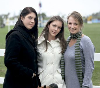 Alana Jackson, Svenja Eichler y Alexandra Vanhalme, en el club hípico