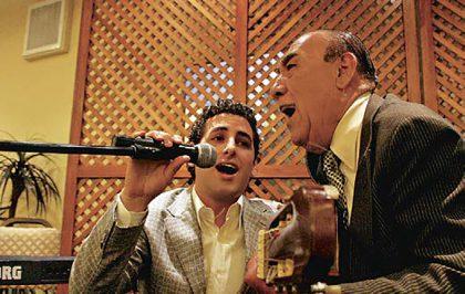 """Almuerzo criollo, 2007. Juan Diego Flórez y Óscar Avilés, cantando """"Cuando llora mi guitarra"""""""