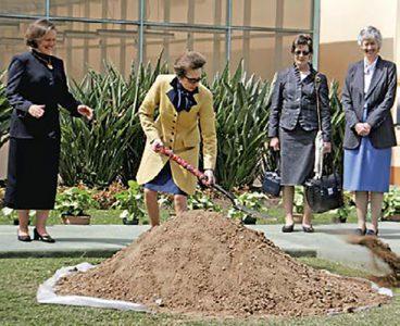 La princesa Ana visita el Perú, 2007. La princesa Ana Windsor, de Gran Bretaña, abre una pachamanca preparada en su honor