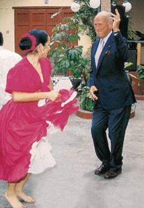 Almuerzo de bienvenida a Óscar de la Renta, quien se animó a bailar festejo. 2000.