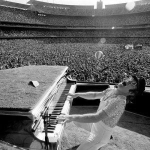 Elton John cumple 30 años de sobriedad