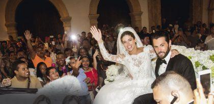 Stephanie y Chad saludan a los fans de la actriz a la salida de la boda realizada en la Catedral de Cartagena.