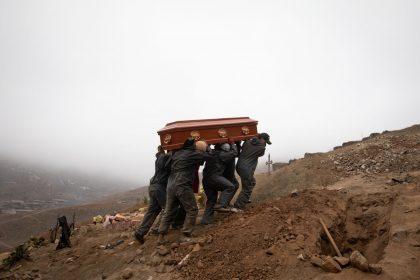Trabajadores del cementerio llevan el ataúd de una persona que murió a causa del coronavirus en el barrio de Nueva Esperanza en Lima, Perú, el 17 de junio. Fotógrafo: Angela Ponce / Bloomberg
