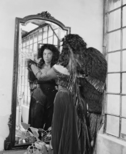 La pintora surrealista argentina Leonor Fini en Le Bal Oriental como El ángel negro